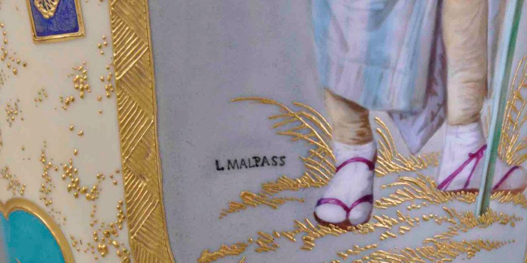 Signatur von Malpass auf einer goldenen Vase