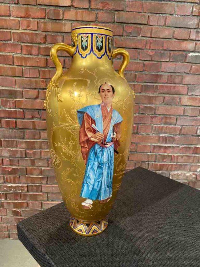Goldene Vase aus Porzellan