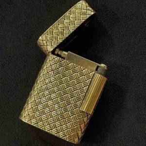 Goldenes geöffnetes Feuerzeug