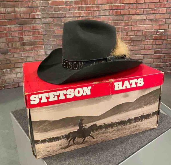 Schwarzer Hut auf einem Karton