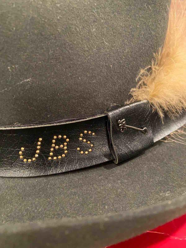 """Buchstaben """"JBS"""" auf dem Hut"""