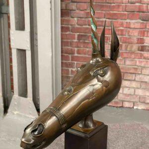 Bronzener Pferdekopf mit einem Horn