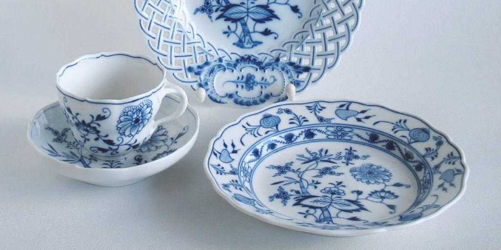Teller und Tasse mit Zwiebelmuster