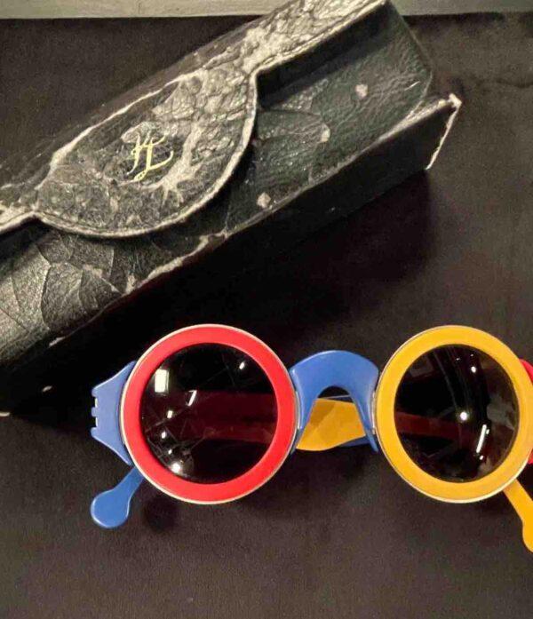 Bunte Sonnenbrille in rot, blau und gelb