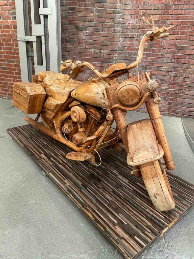 Motorrad in Originalgröße aus Holz
