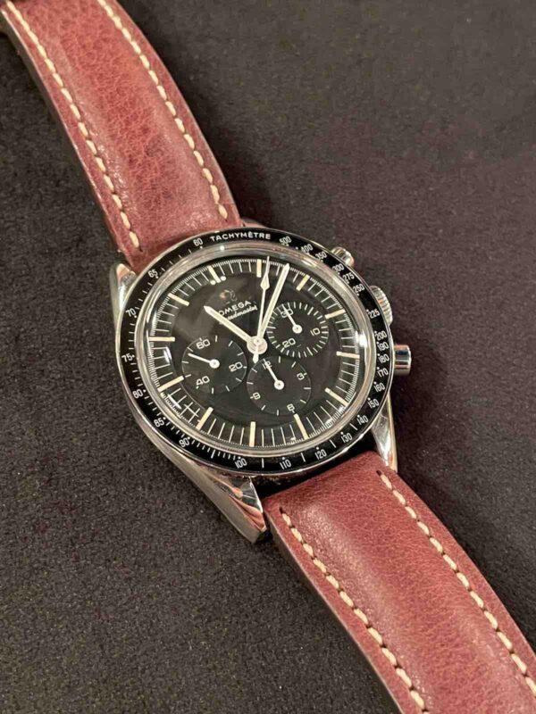 Armbanduhr mit schwarzem Zifferblatt
